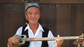 Local man playing a traditional music, China | Bec Leorke
