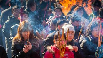 Worshipers burning incense, China | Richard I'Anson