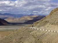 Cycling the Tibetan Plateau. Image credit: Bas Kruisselbrink