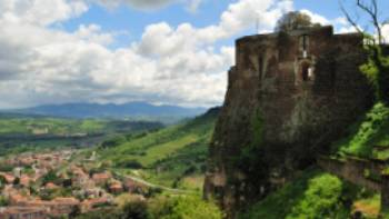 Defensive walls of Orvieto overlooking the Umbria countryside | Gino Cianci