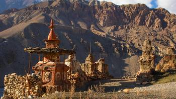 Chortens of Upper Mustang decorated with playful red and white clay colors | Jean-Marie Hullot